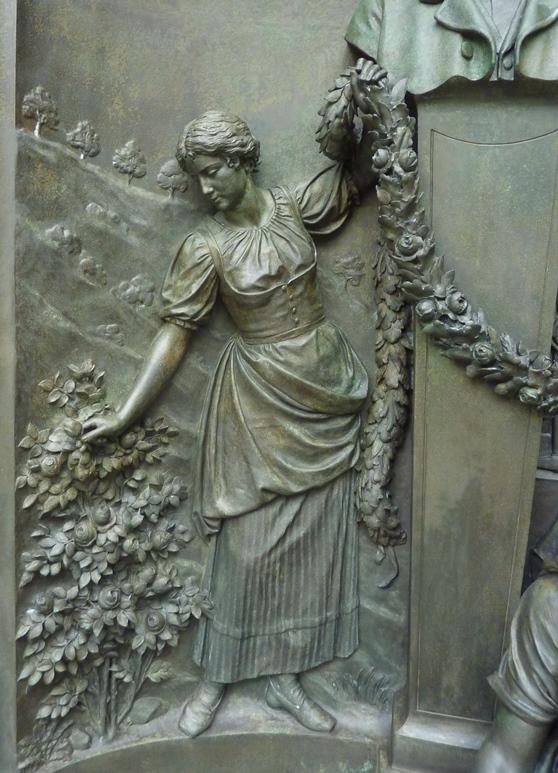 Detailansicht Bronzerelief: Endzustand nach der Restaurierung
