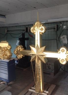 Kreuz, Sockelkranz und Sockelring nach der Vergoldung