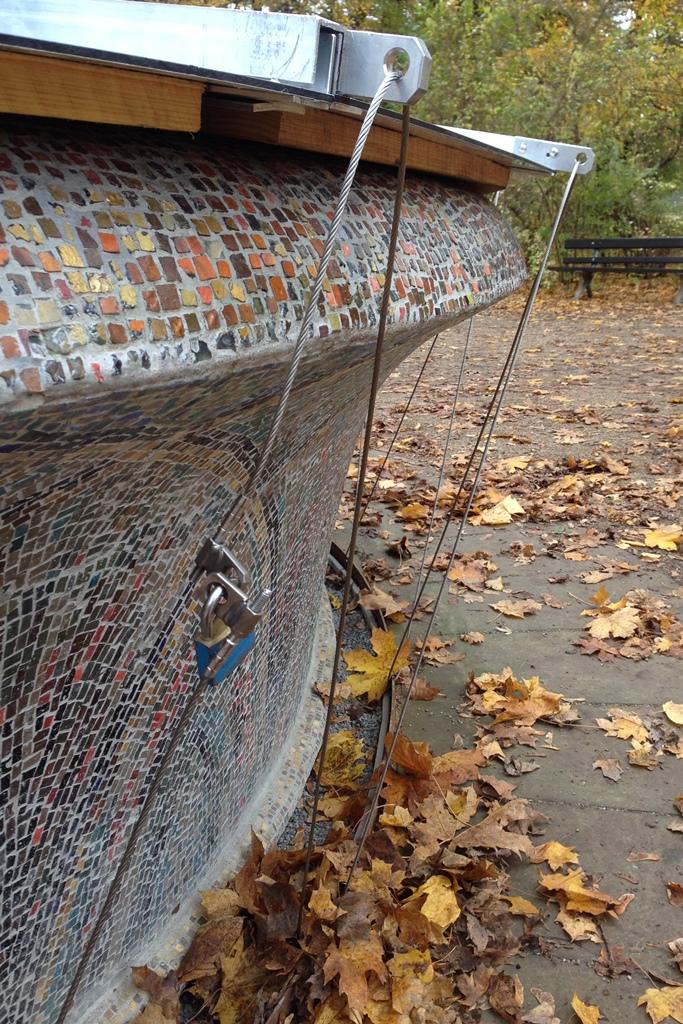 Mosaikbrunnen, Abdeckung aus Edelstahl: Detailansicht Befestigung