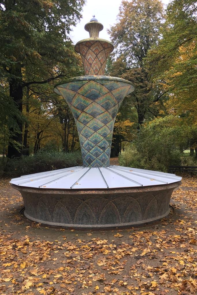 Mosaikbrunnen: Abdeckung aus Edelstahl