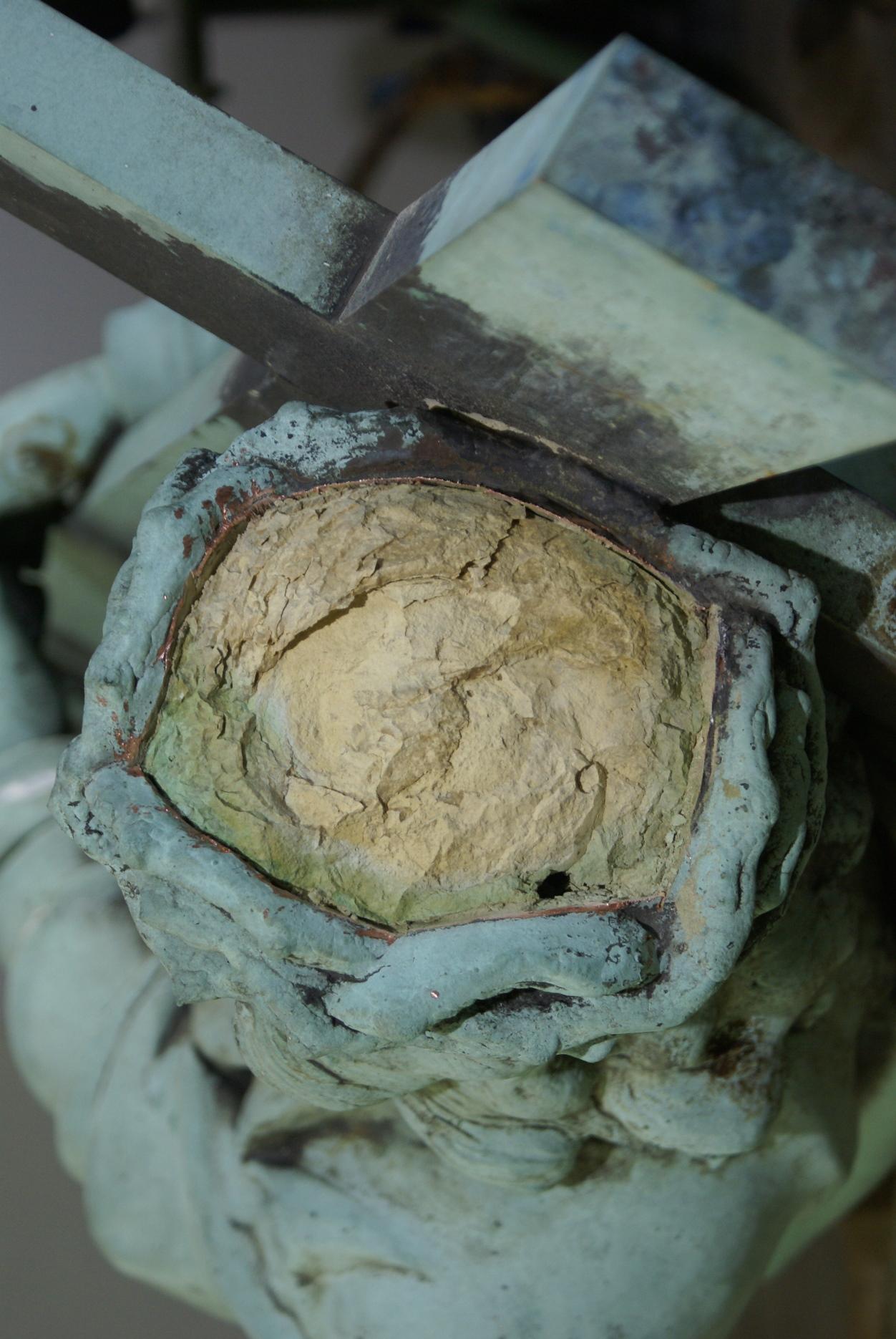 Detailansicht Kopf nach Abnahme der Kupferhaut: Innerer Gipskern
