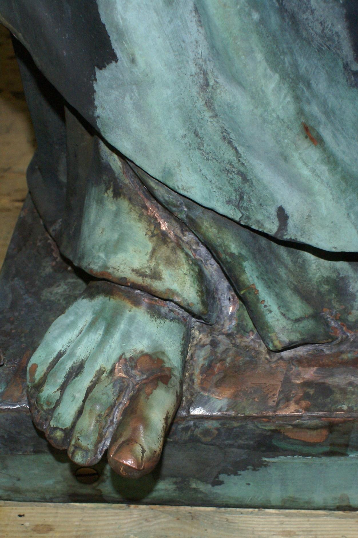 Detailansicht rechter Fuß: Fehlstellen und Risse materialgerecht geschlossen