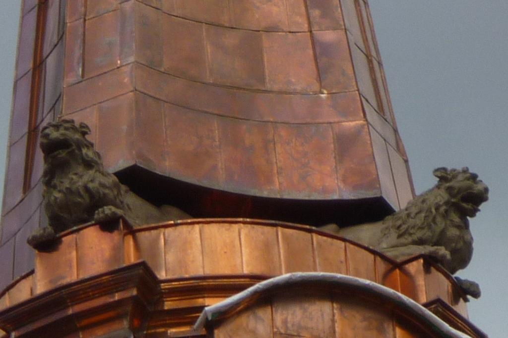 Löwen am wieder errichteten Turm der Parochialkirche Berlin
