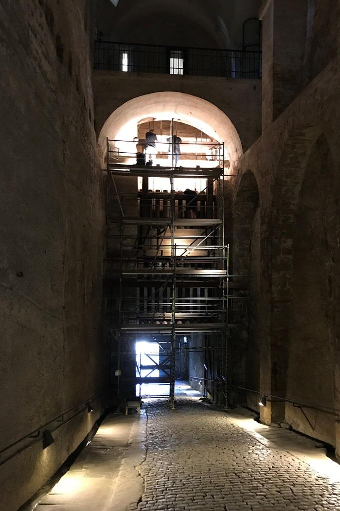 Festung Königstein, Dunkle Apareille: Fallgatter in Vorbereitung der Restaurierungsarbeiten
