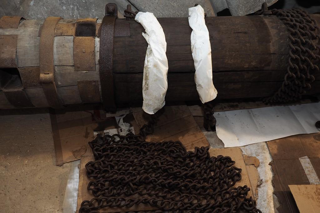 Welle, Detailansicht nach Behandlung der Ketten mit Owatrol: Korrosionsschutz am Eichenholz