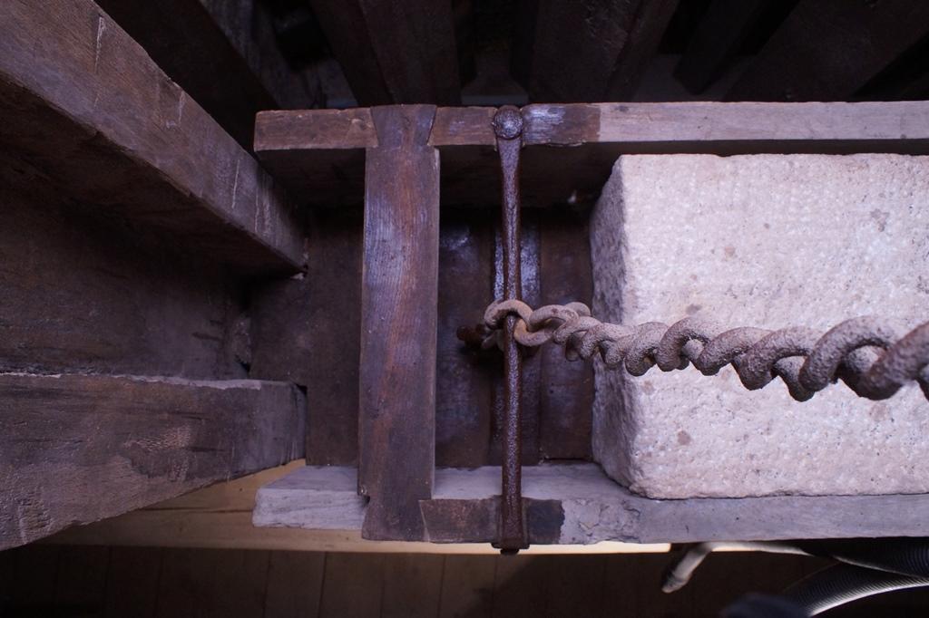 Gegengewicht, Zustand nach der Reinigung: Auftrag des Korrosionsschutzes an Holz und Eisen