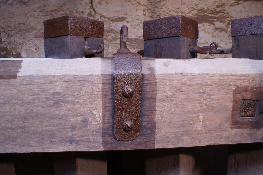 Oberer Jochbalken, Detailansicht Pfahlköpfe, Zustand nach der Reinigung: Anschlussstelle Holz/Eisen mit Holzschutzmittel beschichtet, ehe der Auftrag von Owatrol  auf Eisenteile erfolgt