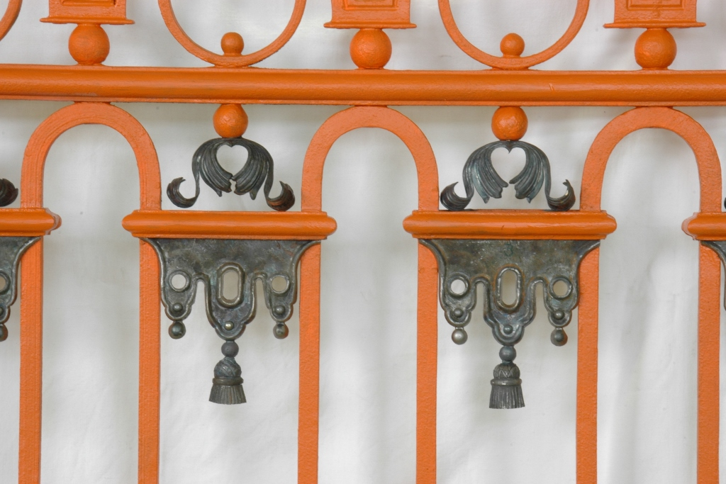 Gitter, Detailansicht: Zustand mit den nach historischem Vorbild neu gefertigten Zierelementen