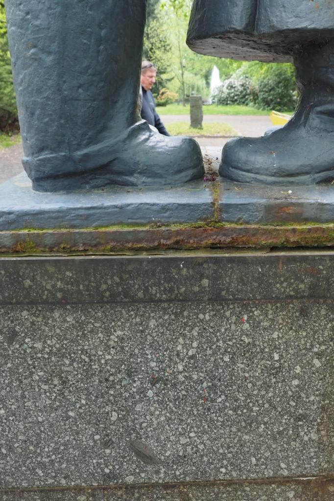 Wurzen, Denkmal Deutsch-Sowjetische Freundschaft,           Detailansicht Plinthe: Vorzustand