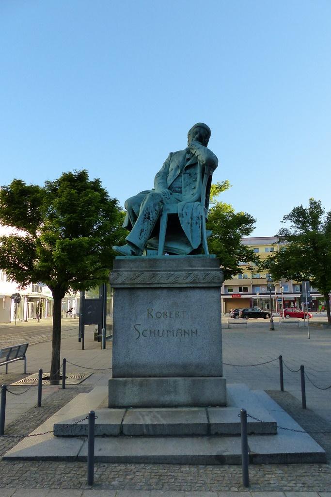 Robert-Schumann-Denkmal, Zwickau: Gesamtansicht von vorn, Vorzustand
