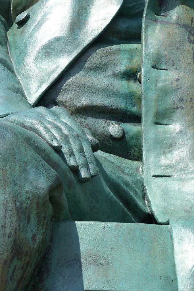 Robert-Schumann-Denkmal, Zwickau: Detailansicht Bein / Hand, Endzustand