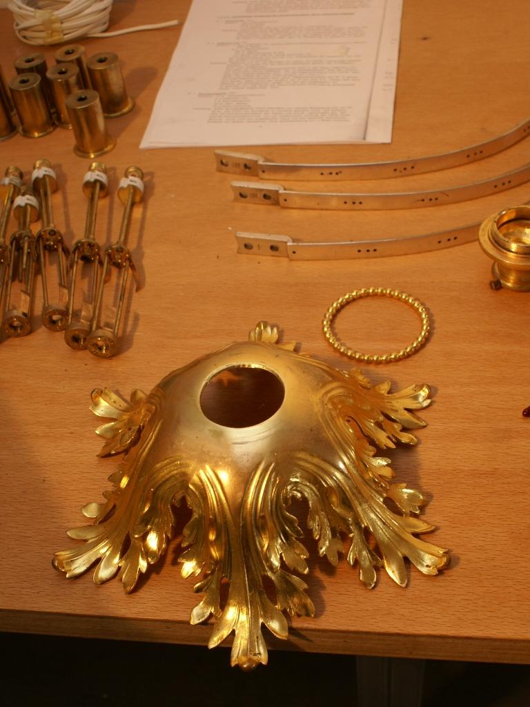 Kronleuchter, Raum 3, Detailansicht Akanthusblatt-Schale: Zustand während der Bearbeitung