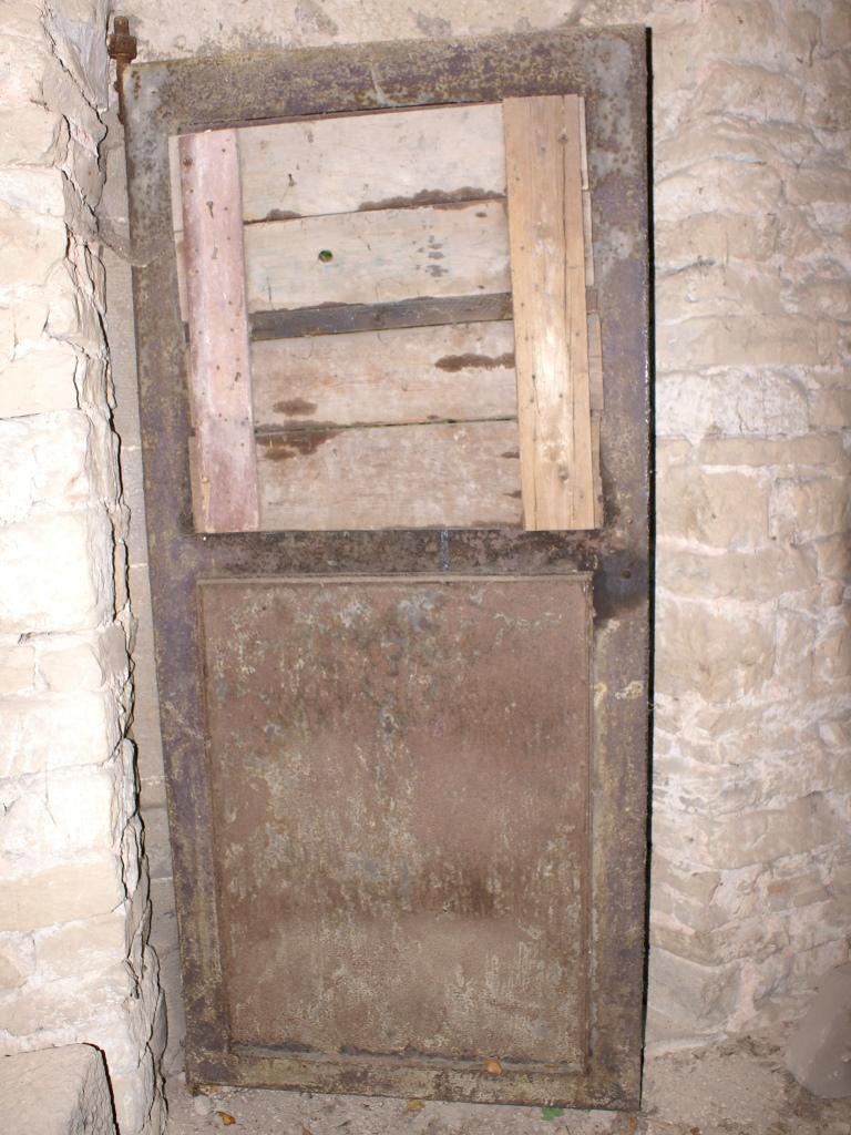 Rückseite der Tür mit Holzabdeckung: Vorzustand