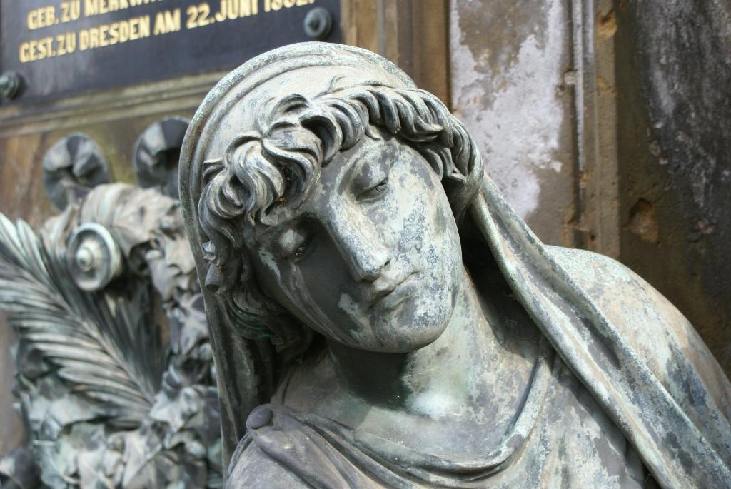 Detailansicht Kopf, linke Bronzefigur: Vorzustand