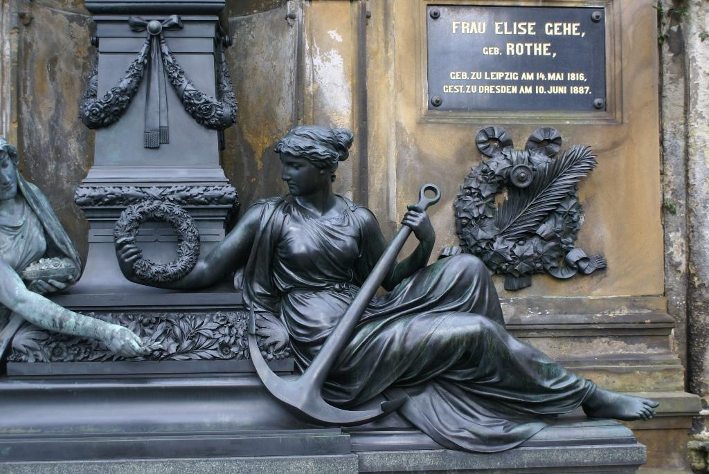 Bronzefigur mit konservierender Wachsschicht