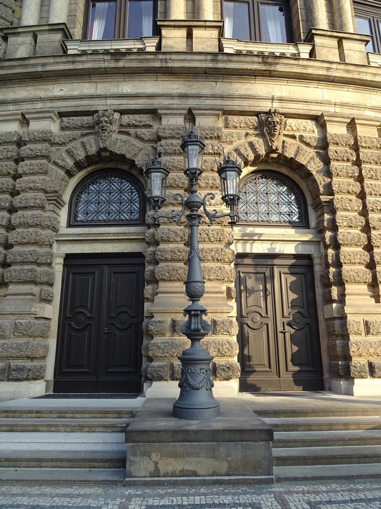 Staatsoper Dresden, Kandelaber: Endzustand nach der Montage