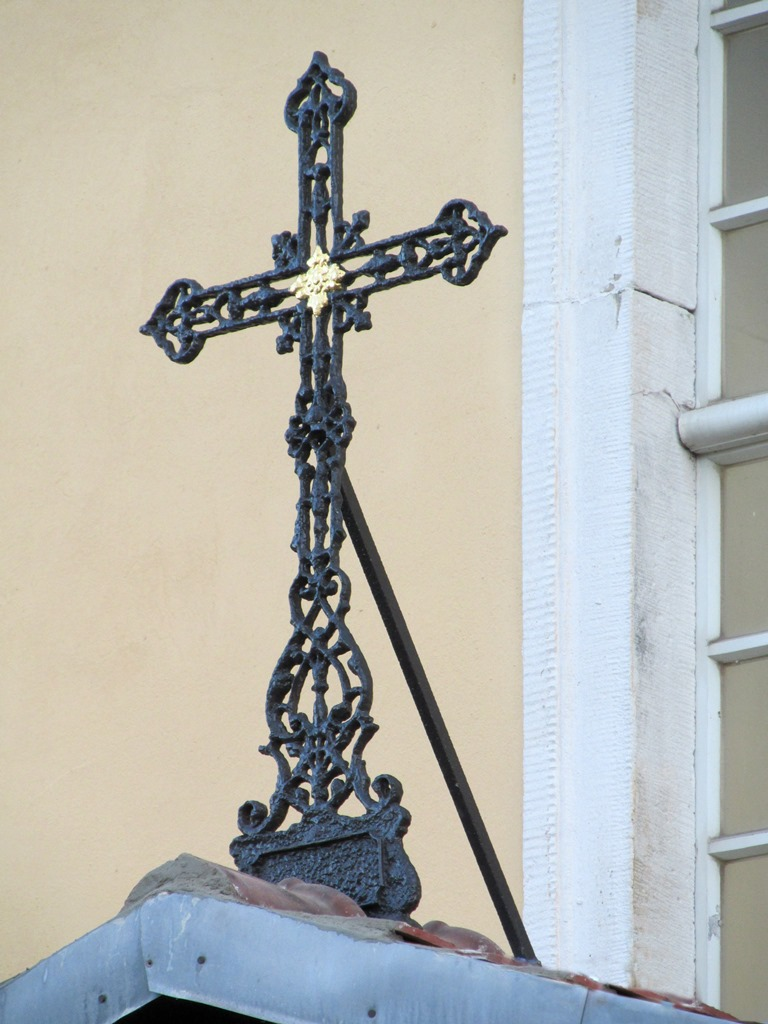 Kirche Herzogswalde: neu gegossenes Giebelkreuz nach der Montage am originalen Standort