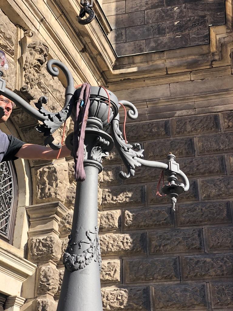 Montage der restaurierten Kandelaber am originalen Standort