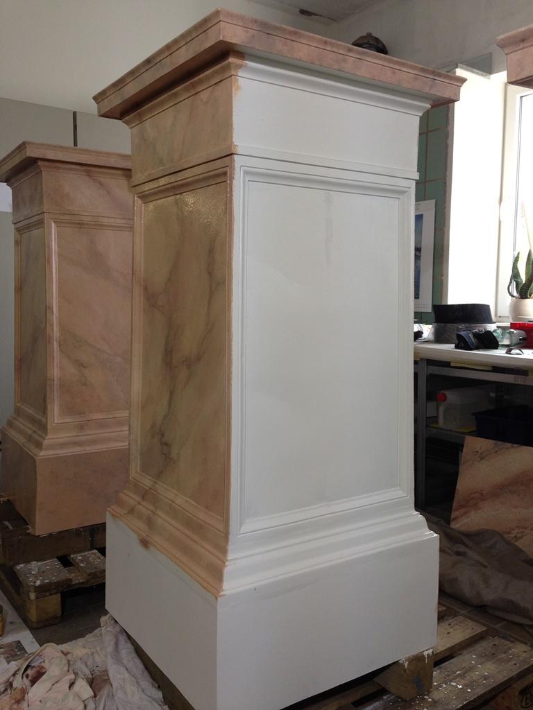 Grundierte und zum Teil marmorierte Oberfläche