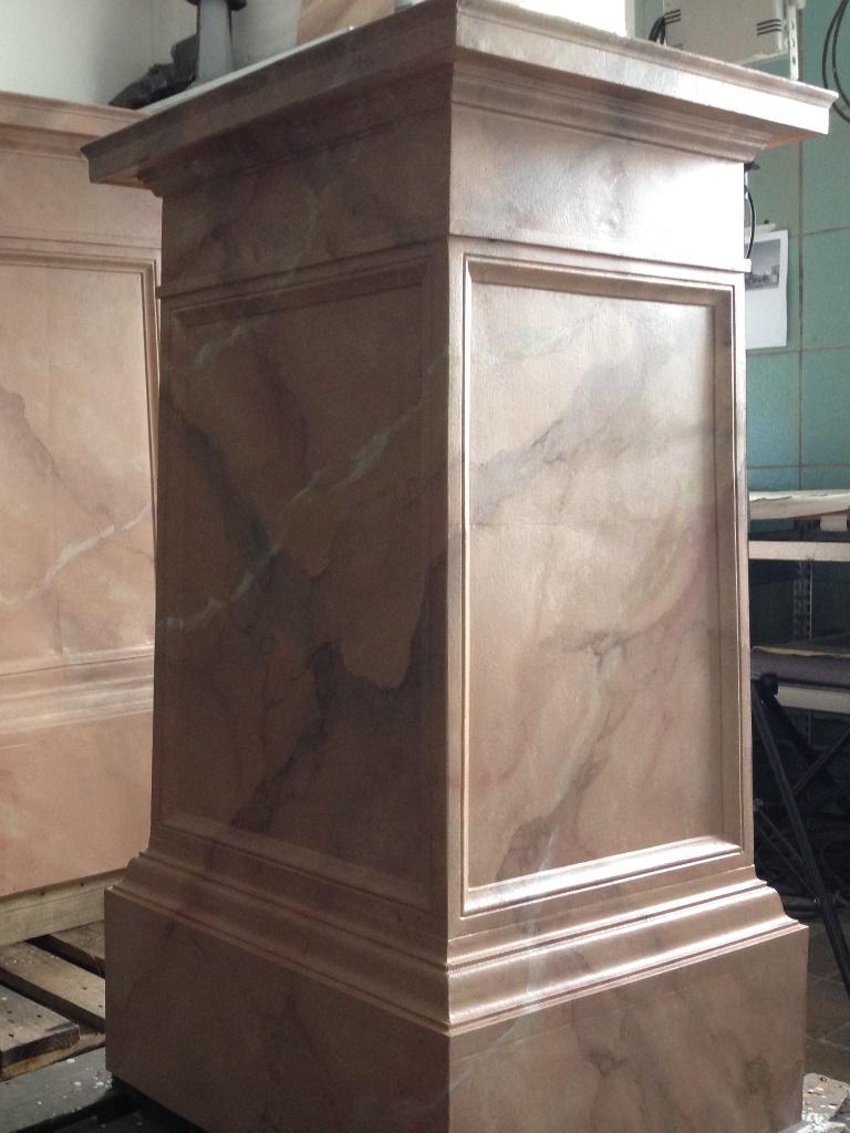 Zink-Postament nach der Restaurierung mit vollständig marmorierter Oberfläche