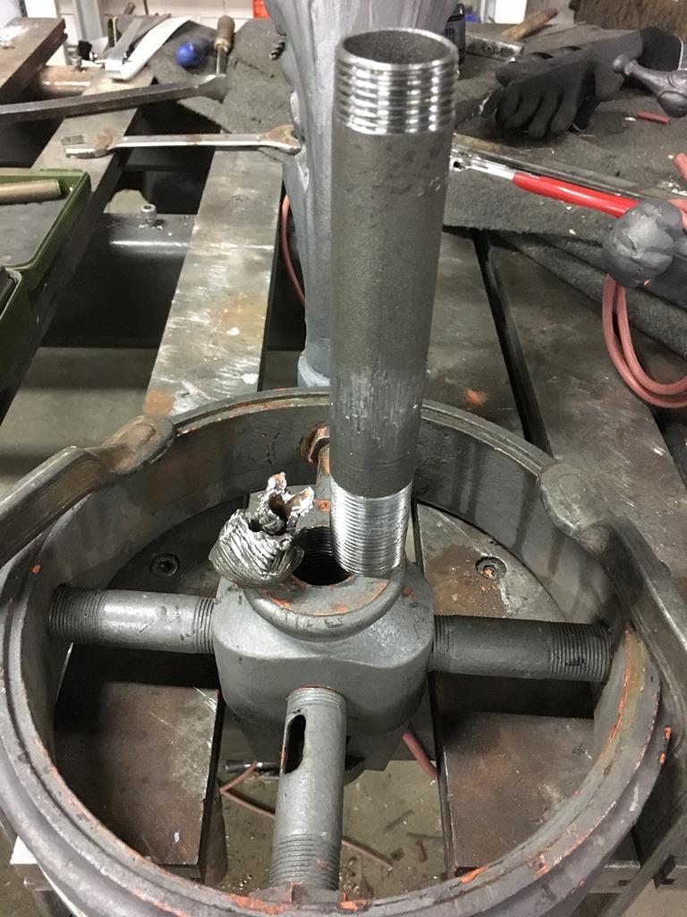 Ring zur Befestigung der seitlichen Laternenarme: neu geschnittenes Gewinde zur Aufnahme des vertikalen Rohres