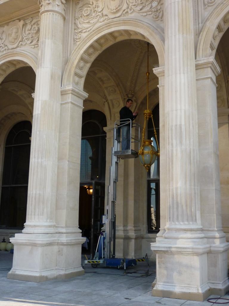 Montage der restaurierten Lampen am originalen Standort