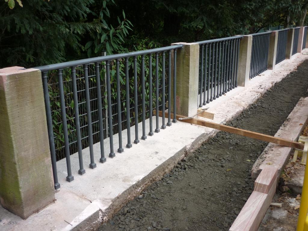 Carolinenbrücke: Montage der rekonstruierten Geländerfelder