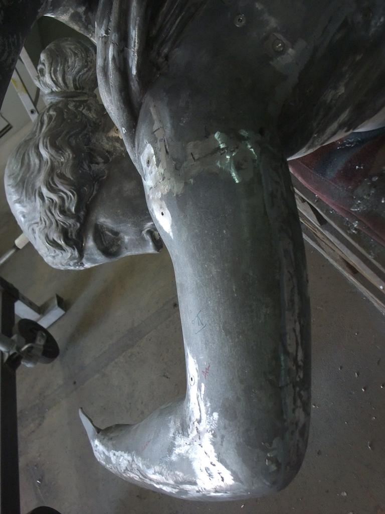 Zinkguss-Plastik Victoria von Leuthen: geschlossener Arm nach Montage des neuen Stützgerüstes