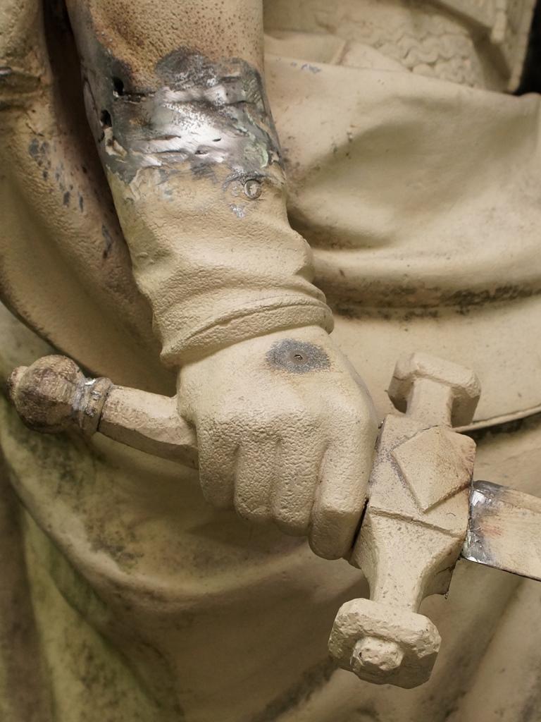 Germania, Detailansicht: Zwischenzustand nach Montage des abgerissenen Armes