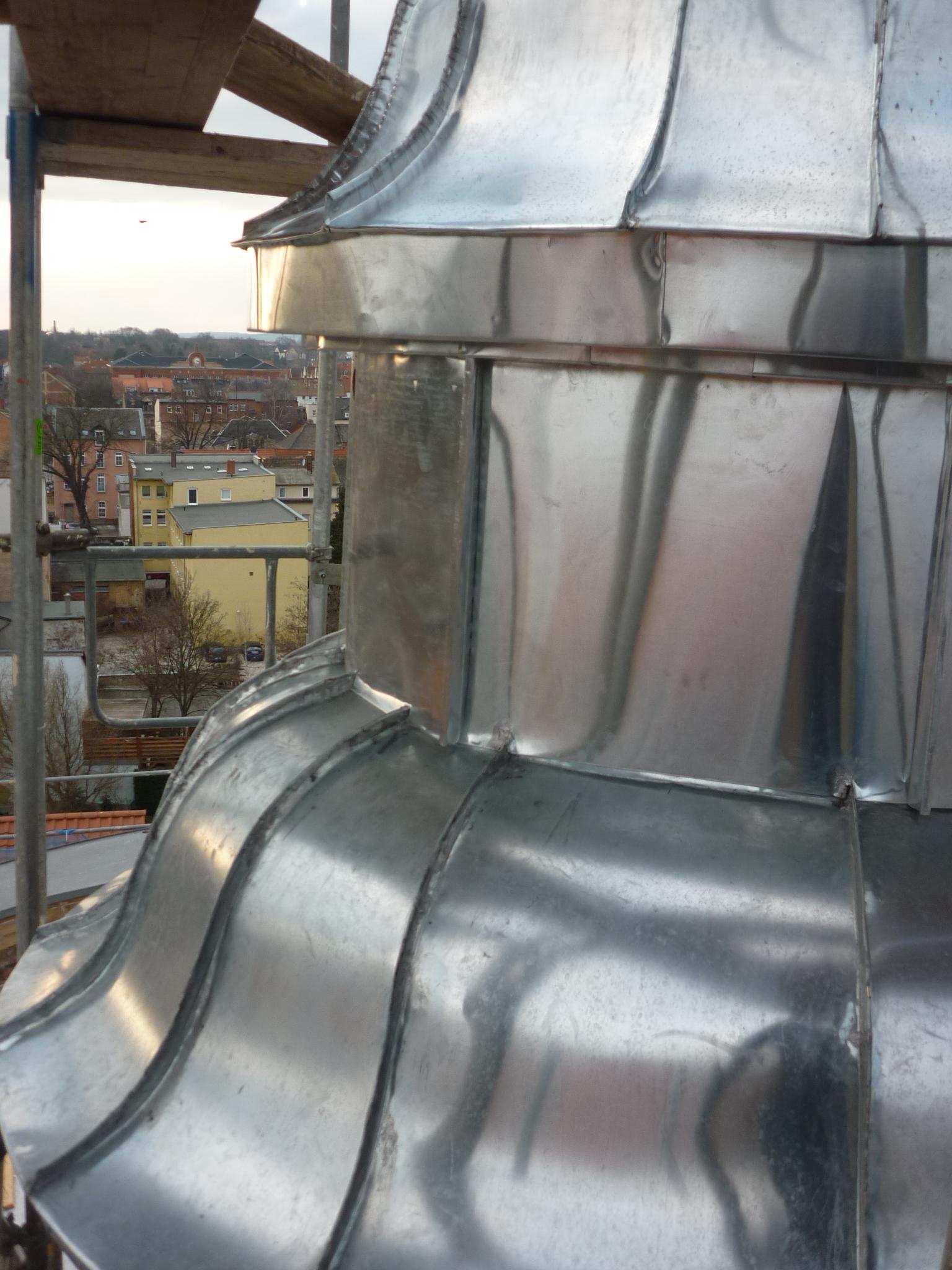 Außenfassade: Endzustand mit neu gefertigter Zinkverkleidung inklusive konkav-konvexer Kranzgesimsabdeckung