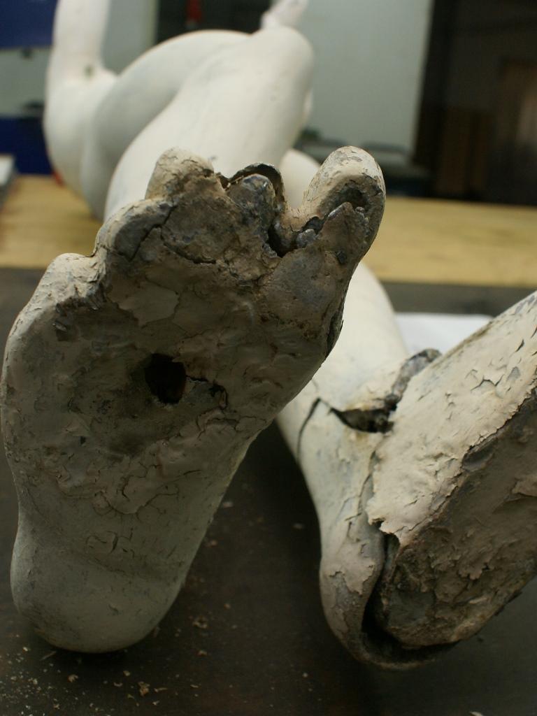 Zinkguss-Plastik Adorant nach der Demontage, Detailansicht Fuß: Vorzustand
