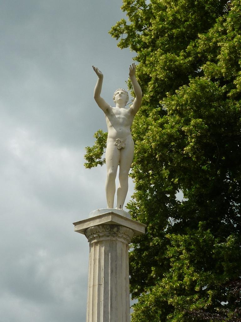 Schlosspark Neustrelitz, Zinkguss-Plastik Adorant: Vorzustand