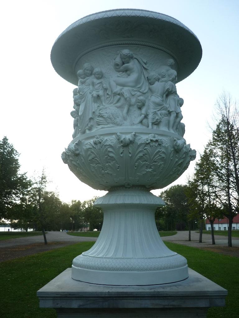 Drake-Vase: Endzustand nach der Restaurierung und Montage am originale Standort im Schlosspark Neustrelitz