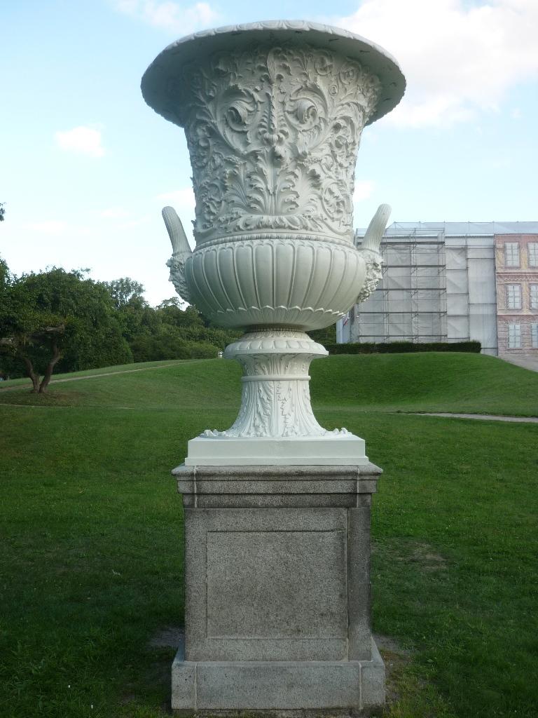 Vase Ost: Endzustand nach der Restaurierung und Montage am originale Standort im Schlosspark Neustrelitz
