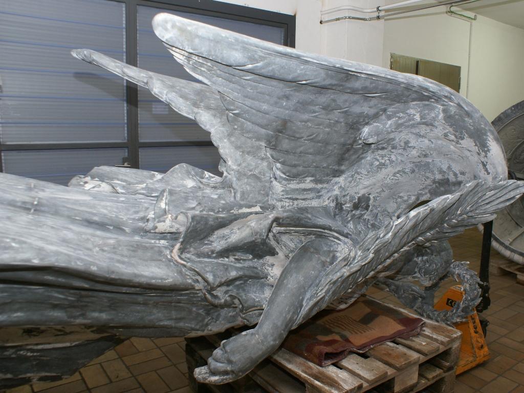 Zinkguss-Plastik Victoria von Leuthen: Zustand nach Entfernen der alten Farbbeschichtung