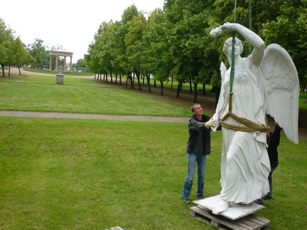 Schlosspark Neustrelitz, Zinkguss-Plastik Victoria von Leuthen: Demontage