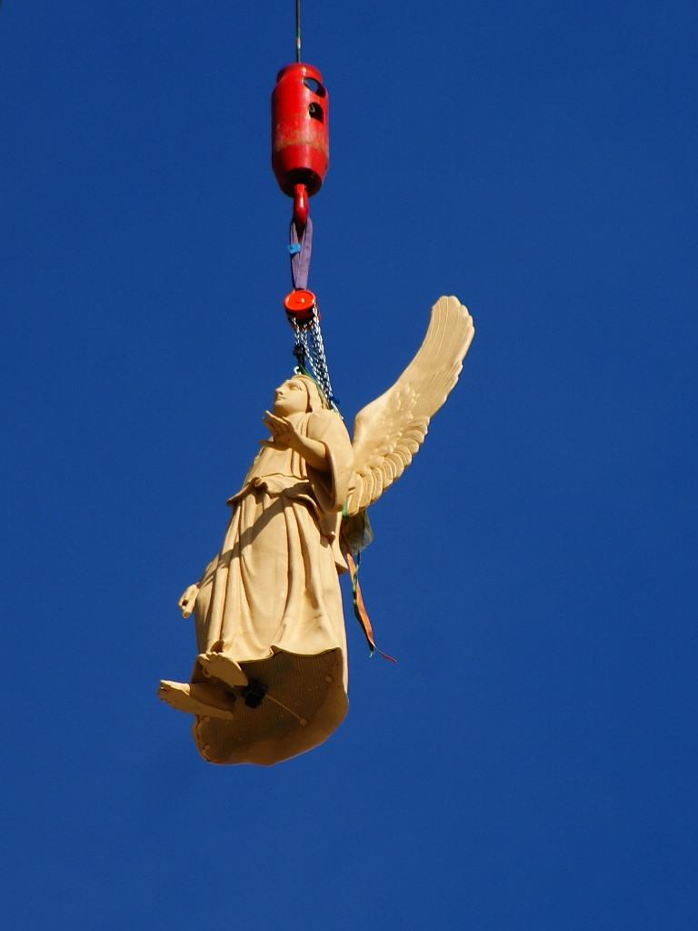 Heben der Figur auf den südwestlichen Eckturm der Potsdamer Nikolaikirche