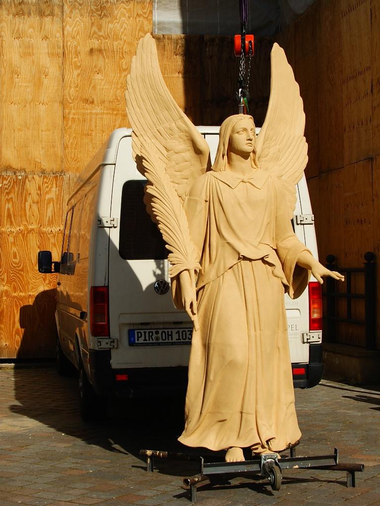 Zinkguss-Engel: Zustand nach der Restaurierung und in Vorbereitung der Montage vor Ort