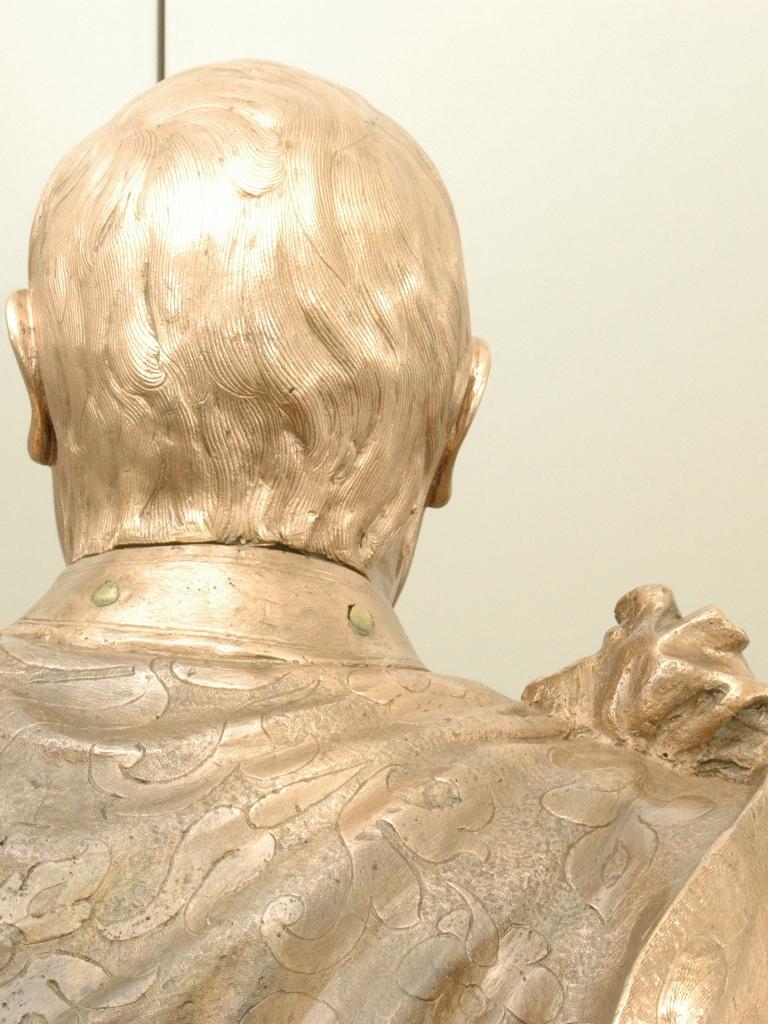 Bronzefigur Johann Georg I., Detailansicht Rücken und Kopf: Zustand nach der Bearbeitung