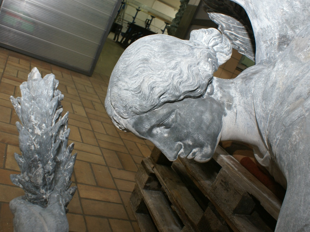 Zinkguss-Plastik Victoria von Leuthen: Zustand nach der Demontage und Entfernen der alten Farbbeschichtung